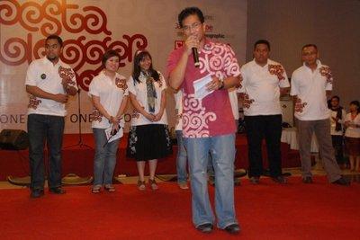 Saya dan kawan-kawan panitia Pesta Blogger 2009 saat ajang perkenalan panitia dipimpin oleh Mas Iman Brotoseno (24/10/09)