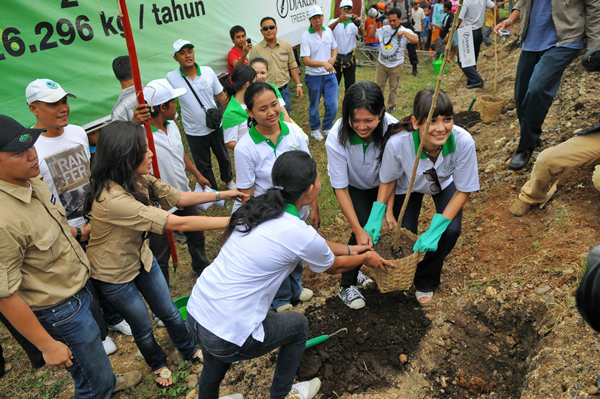 Luna Maya menanam pohon dalam rangka program Djarum Bakti Lingkungan, Trees for Life, di Demak (18/4)