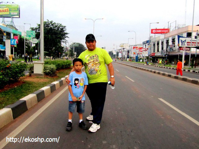 Saya dan Rizky berfoto bareng di jalan sepi Car Free Day Bekasi