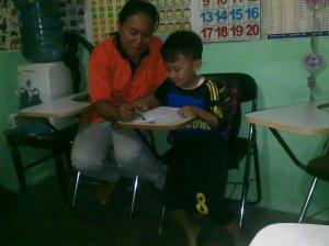 Murid Rumah Baca Mutiara Mandiri sedang belajar (foto : Adyanti Rahmarina)