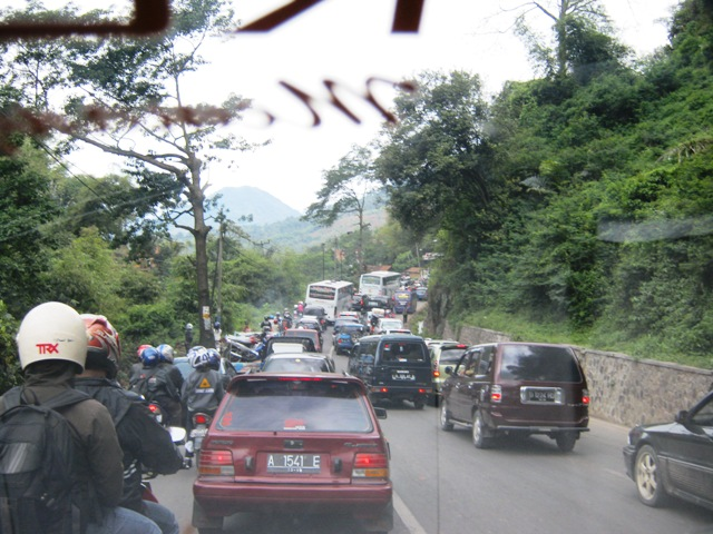 Macet menjelang turunan Nagreg, didepan persimpangan arah Tasikmalaya dan Garut