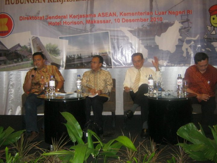 Saya memandu Seminar Sosialisasi Pengembangan ASEAN di Makassar, 10 Desember 2010