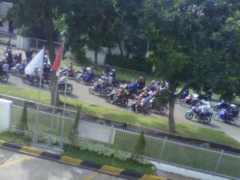 Konvoi Sweeoing Buruh yang lewat melintasi depan kantor saya tadi pagi, Jum'at (20/1)
