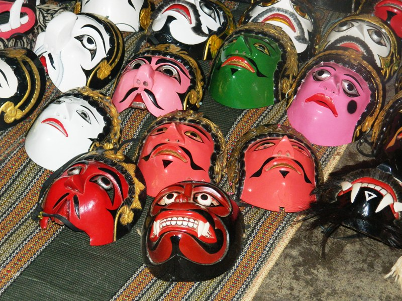 WISATA BUDAYA MADURA (3) : KEHEBOHAN PAGELARAN SENI TARI TOPENG DI TENGAH SAWAH