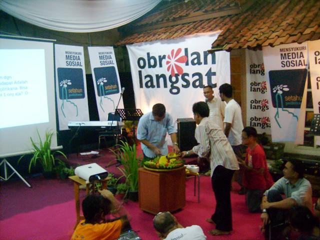 Pemotongan Tumpeng HUT Pertama Politikana oleh Enda Nasution, salah satu pengelola situs politik web 2.0