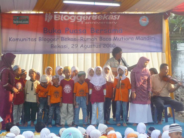 Anak-anak Rumah Baca Mutiara Mandiri Bernyanyi diiringi KPJ (Kelompok Pengamen Jalanan) Bekasi diatas panggung acara Buka Puasa Bersama BeBlog, Sabtu (29/8) - Foto: Aris Heru Utomo