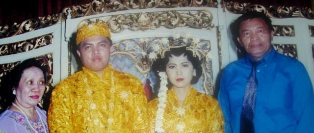 Alm.Papa Gode' (paling kanan) dan Mama Kuni' (paling kiri) mengapit saya dan istri dalam acara pernikahan saya, April 1999