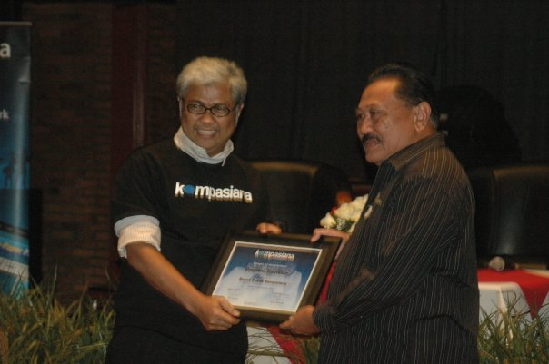 Penganugerahan Bapak Blogger Kompasiana kepada Prayitno Ramelah oleh Direktur Kompas.com Taufik H Mihardja, 22 Oktober 2009