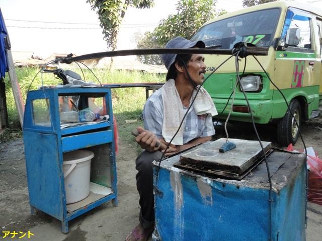 Penjual Kue Pancong (Buroncong ala Cikarang) foto : Ananto