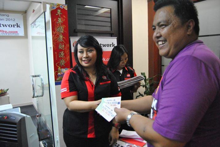 Penyerahan Door Prize Voucher Belanja  Carrefour Rp 200.000 kepada saya oleh mbak Rika