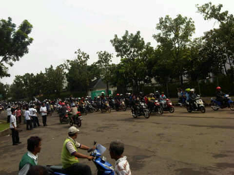 Konvoi Pendemo melewati kawasan Jababeka XVII