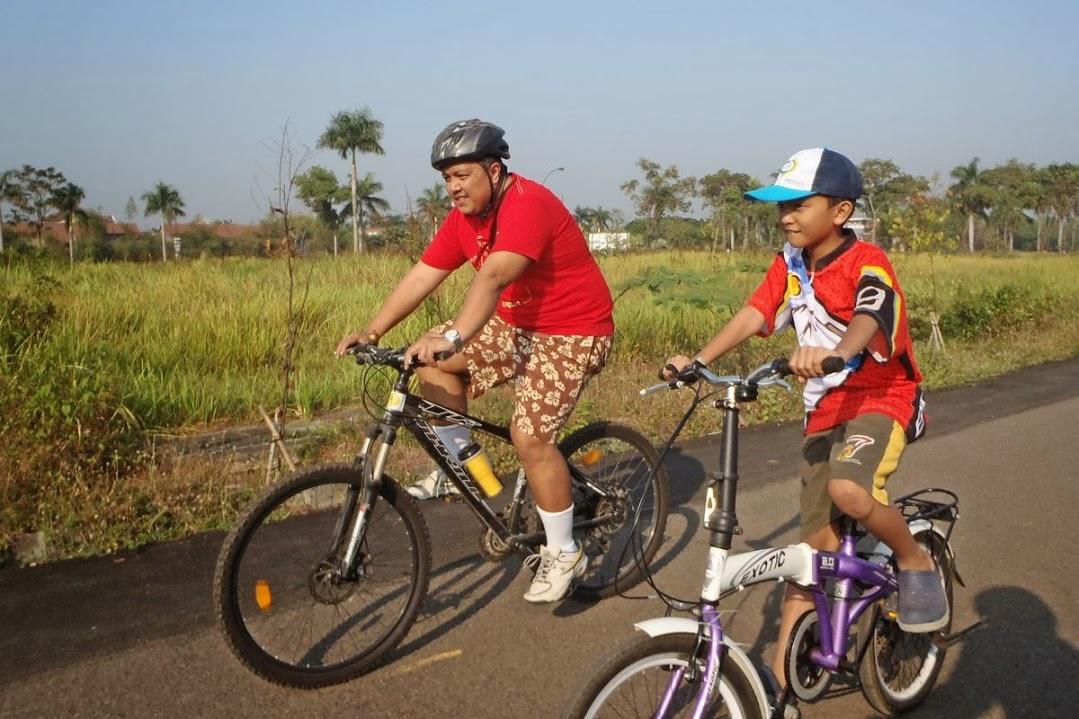 KEBERSAMAAN YANG MENGESANKAN DALAM FAMILY BIKE CIKARANG BARU CYCLING